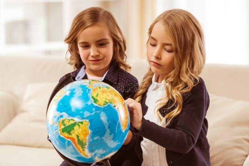 Deux petites filles photographie stock libre de droits
