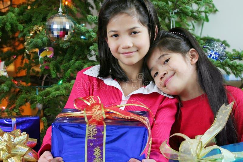 Deux petites filles avec des cadeaux de Noël photos stock