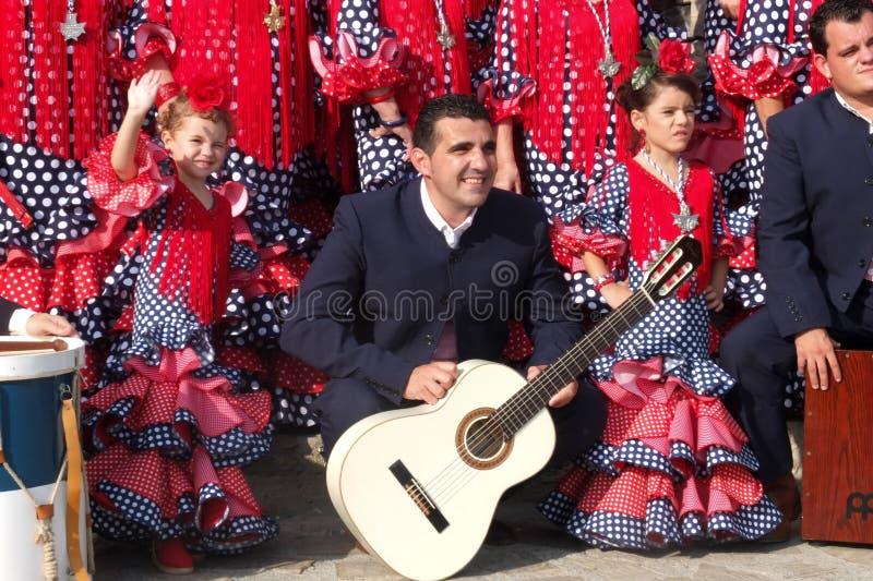 Deux petites filles d'un groupe folklorique andalou. photographie stock libre de droits