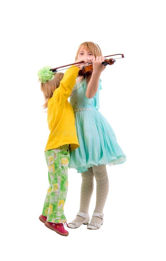 Deux petites filles et un violon. photographie stock