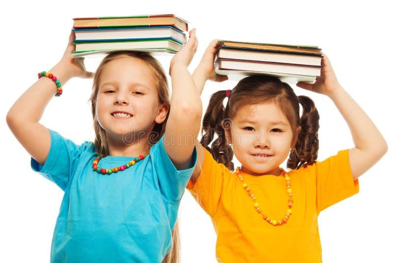 Deux filles avec des livres photo libre de droits