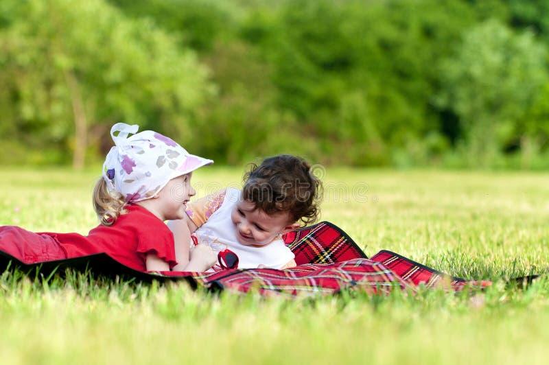 Deux petites filles jouant dans le domaine photographie stock