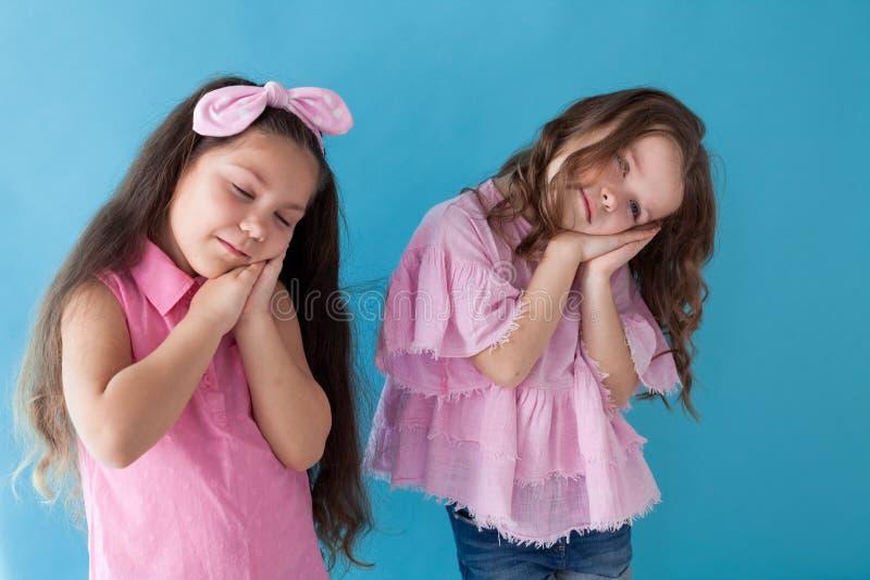 Deux petites filles jouant le sommeil de sommeil gentil photo stock