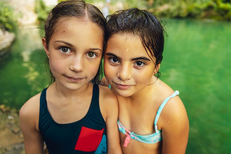 Deux petites filles mignonnes photo libre de droits