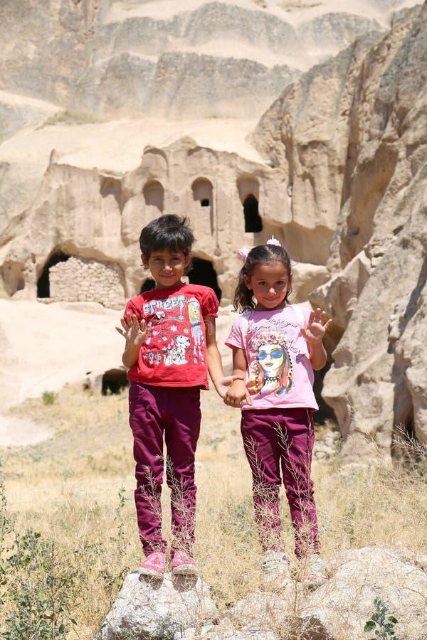 Deux petites filles posant à côté des ruines de vieille église Juillet 22,2017 dans Selime, Aksaray, Turquie image stock