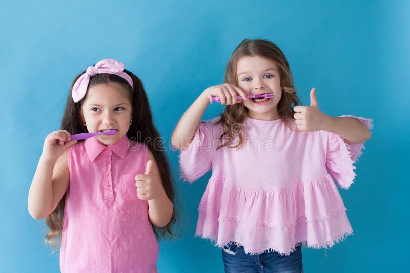 Deux petites filles se brossent les dents brossées photo libre de droits