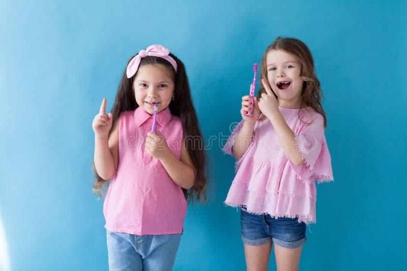 Deux petites filles se brossent les dents brossées photos libres de droits