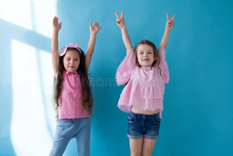 Deux petites filles soulever leurs mains  images libres de droits