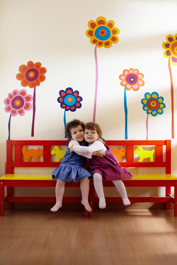 Deux petites filles sourire et étreinte à l'école image libre de droits