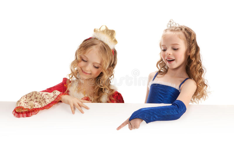 Deux petites princesses de charme Holding Big Banner photos stock