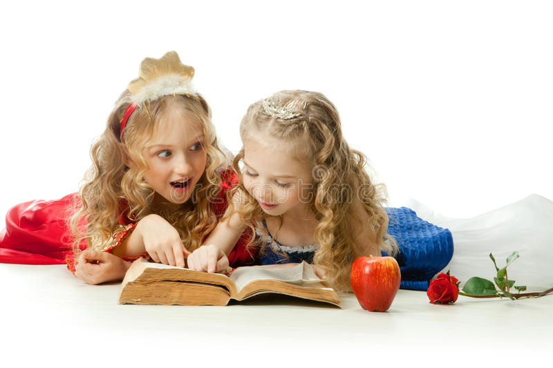 Deux petites princesses de charme Reading The Magic Book image libre de droits