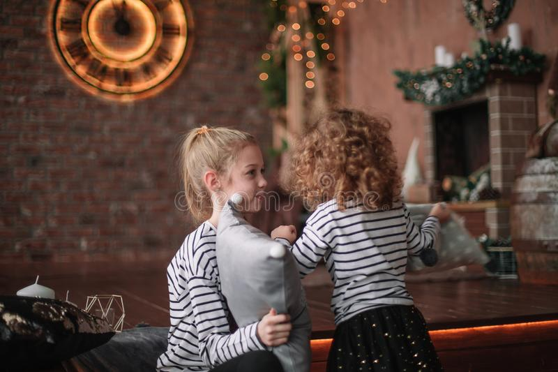 Deux petites soeurs jouent dans le salon le réveillon de Noël photos stock