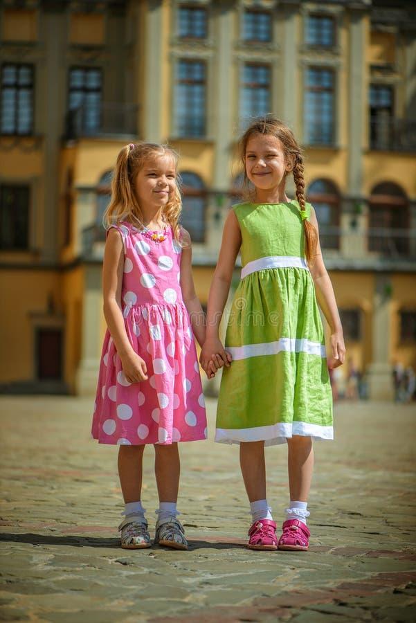 Deux petites soeurs sur la rue photos stock