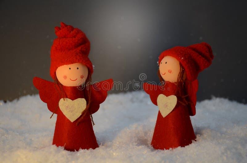 Deux petits anges rouges avec le coeur photos libres de droits