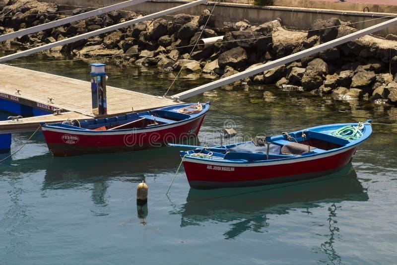 Deux petits bateaux ouverts ont employé pour le homard attrapant dans le port une visibilité directe Cristianos dans la visibilit photos stock