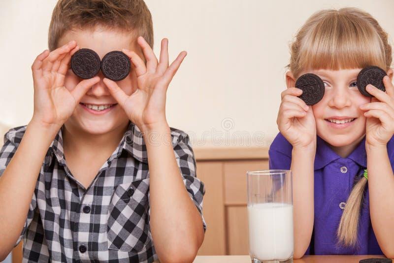 Deux petits enfants photo libre de droits