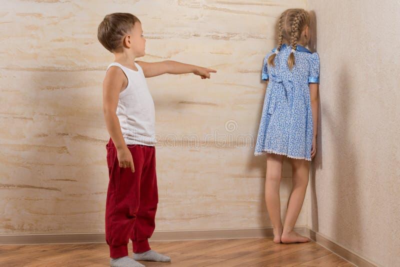 Deux petits enfants jouant à la maison photo libre de droits