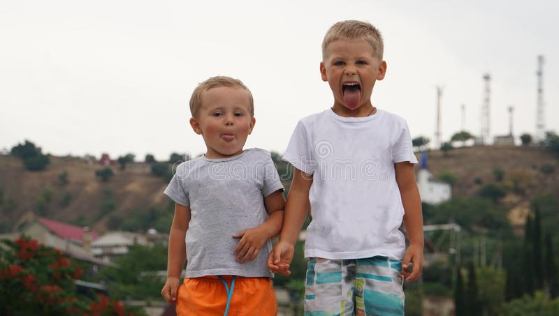 Deux petits enfants jouant ensemble dehors la position sur la côte de la mer photographie stock