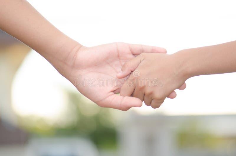Deux petits enfants tenant des mains et tenant la marche de mains Je photo libre de droits