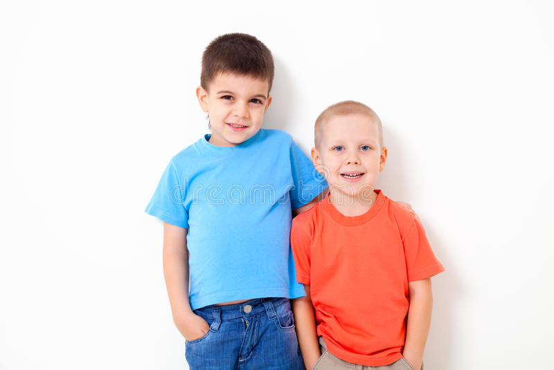 Deux petits garçons photo libre de droits