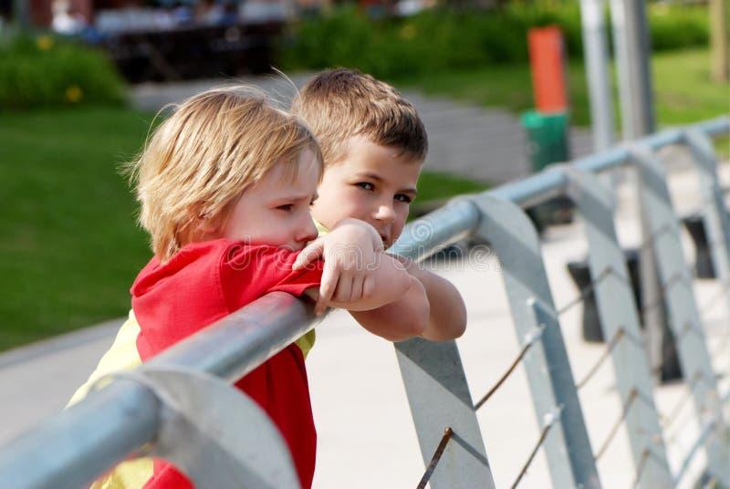Deux petits garçons extérieurs photographie stock libre de droits