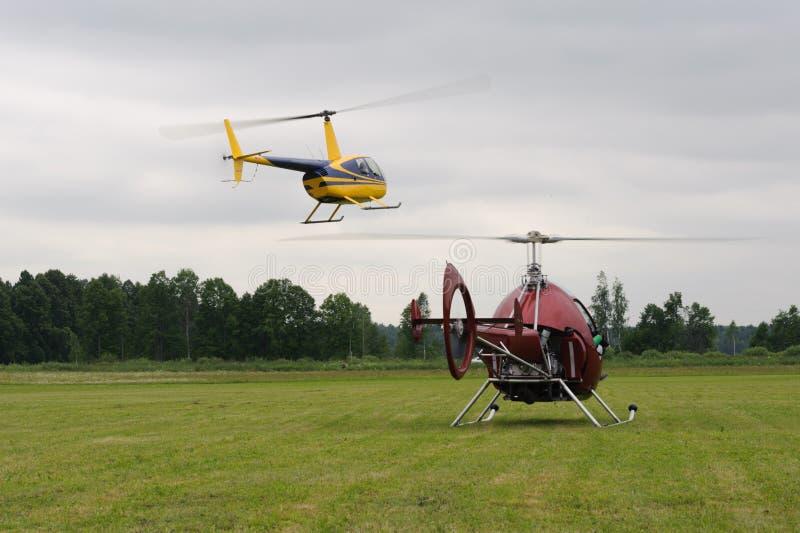 Deux petits hélicoptères décollent photographie stock libre de droits