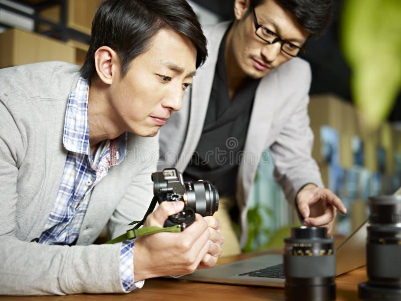 Deux photographes asiatiques au travail photo libre de droits