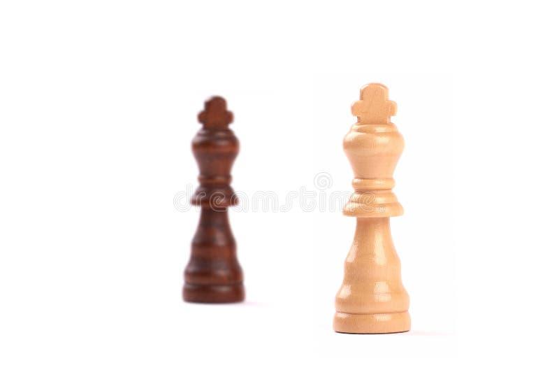 Deux pi?ces d'?checs Roi noir et blanc de bois avec le fond brouill? - d'isolement sur le blanc photos stock