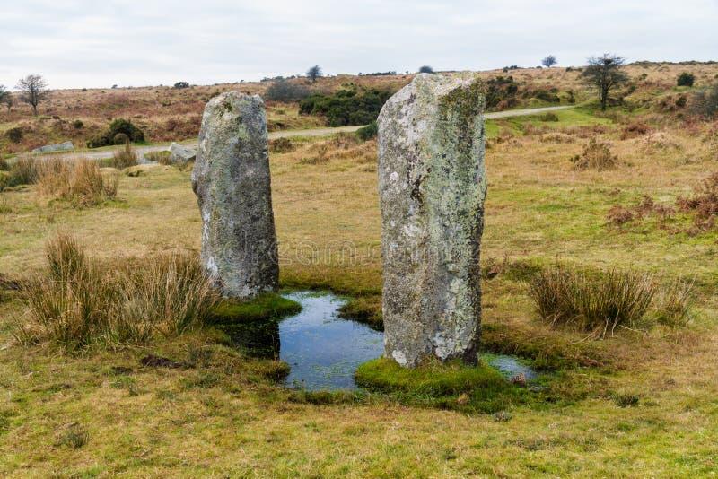 Deux pierres debout près au cercle en pierre de Hurlers, subordonnés photo libre de droits