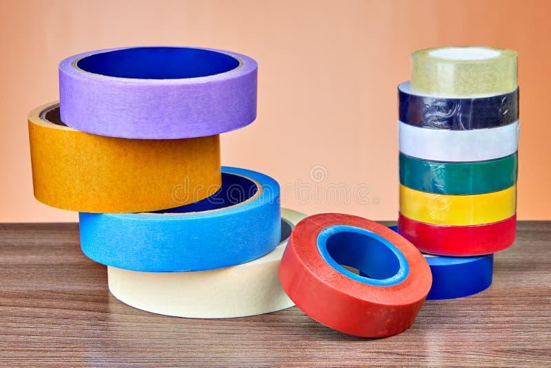 Deux piles de rouleaux de ruban adhésif multicolore image stock