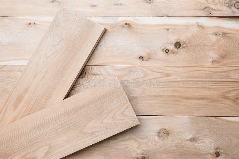 Deux planches en bois de mensonge de chaux sur des conseils photos libres de droits
