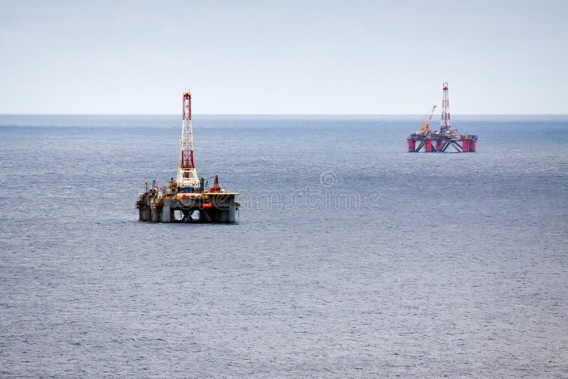 Deux plateformes pétrolières photographie stock