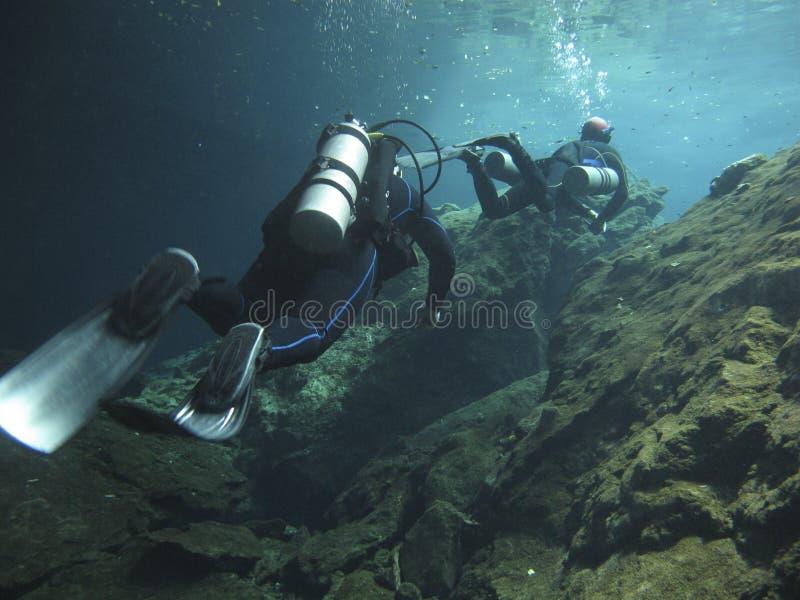 Deux plongeurs explorant les cenotes au Mexique - immergez au cenote Chac Mool dans le Maya de la Riviera, Mexique photo libre de droits