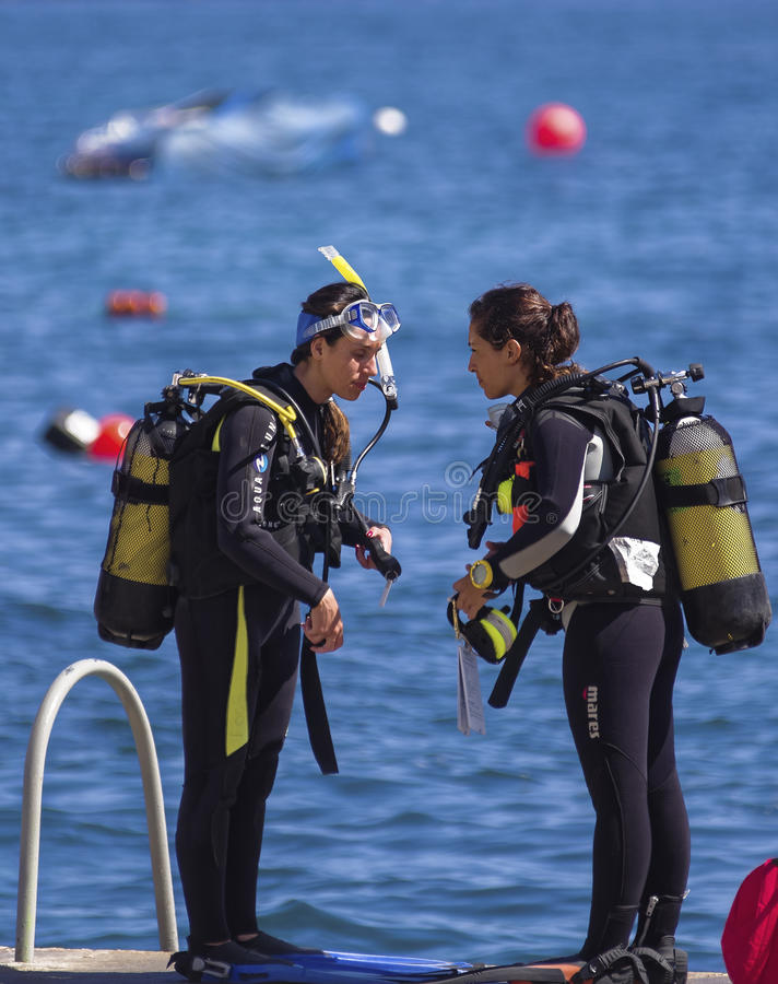 Deux plongeurs féminins photos stock