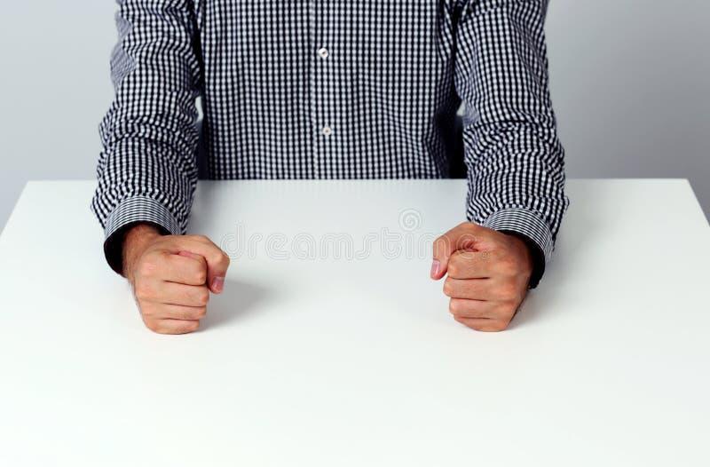 Deux poings sur une table blanche image stock