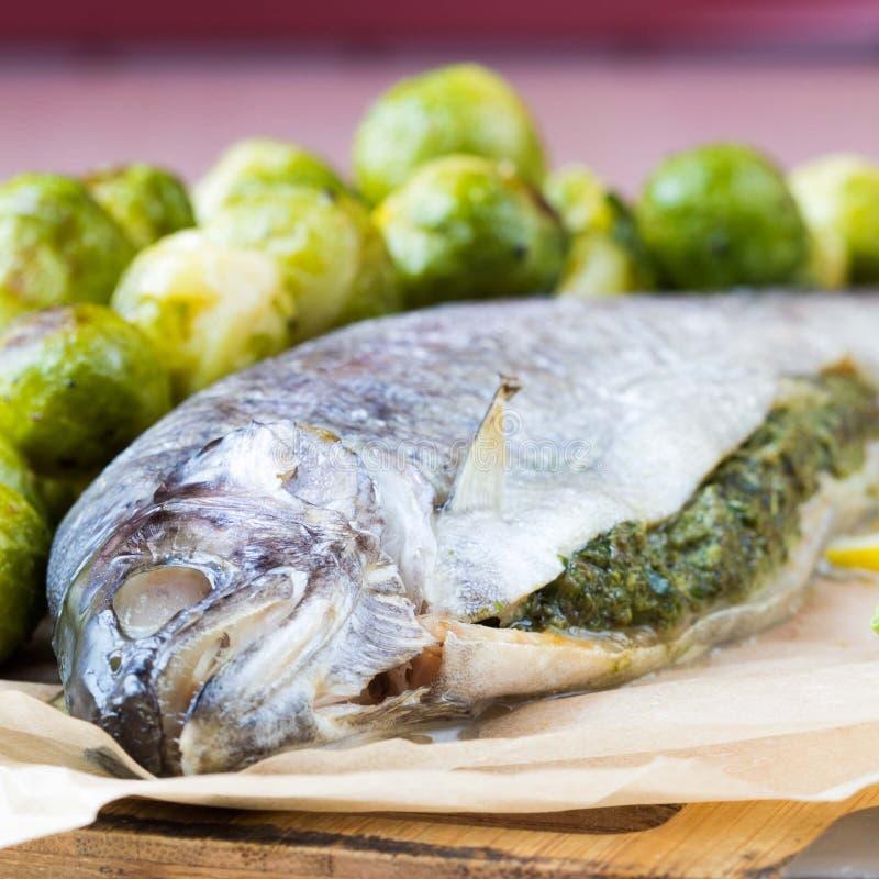 Deux poissons, truite arc-en-ciel bourré de la sauce verte à herbe, Bruxelles photos stock
