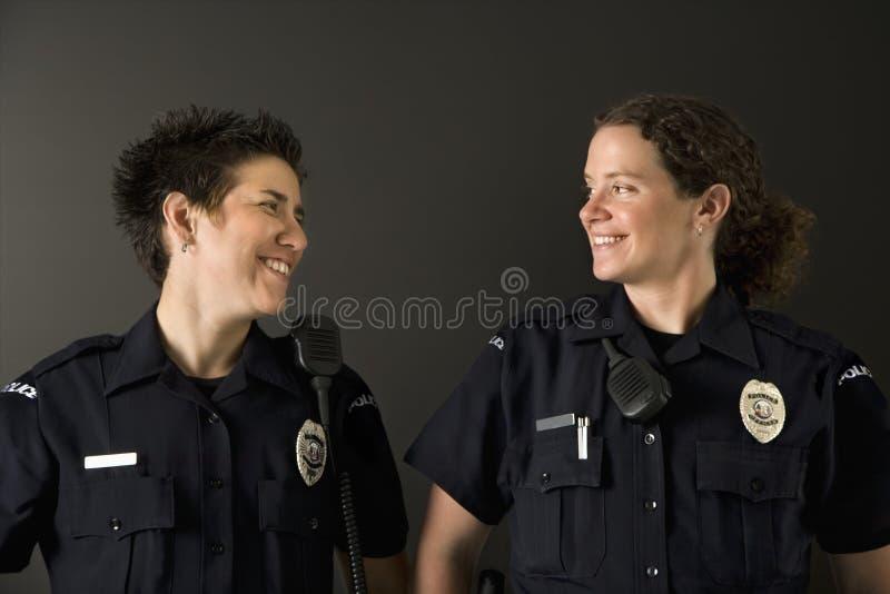 Deux policières. photos libres de droits