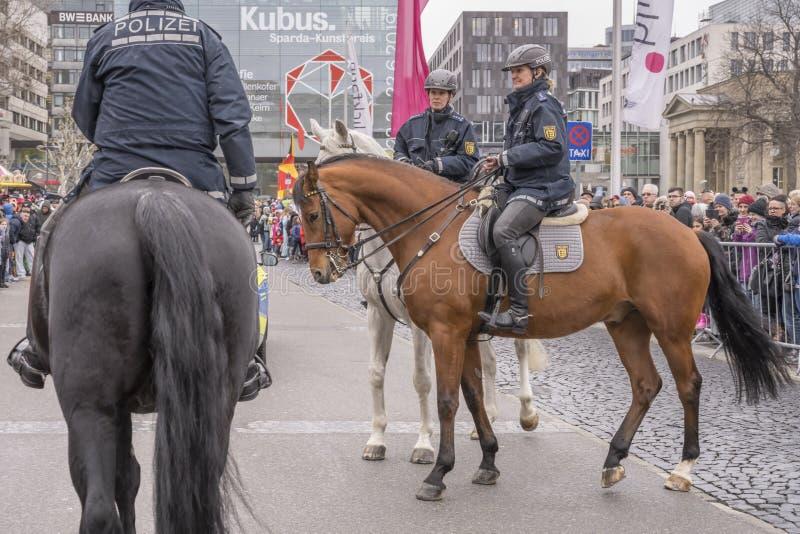 Deux policières ouvrant à cheval le défilé de carnaval, Stuttgart image stock