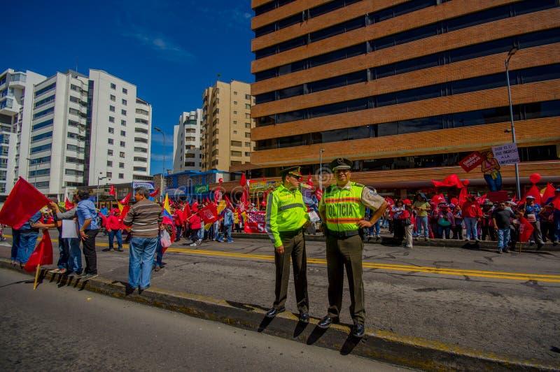 Deux policiers d'ecuadorian portant des uniformes images stock