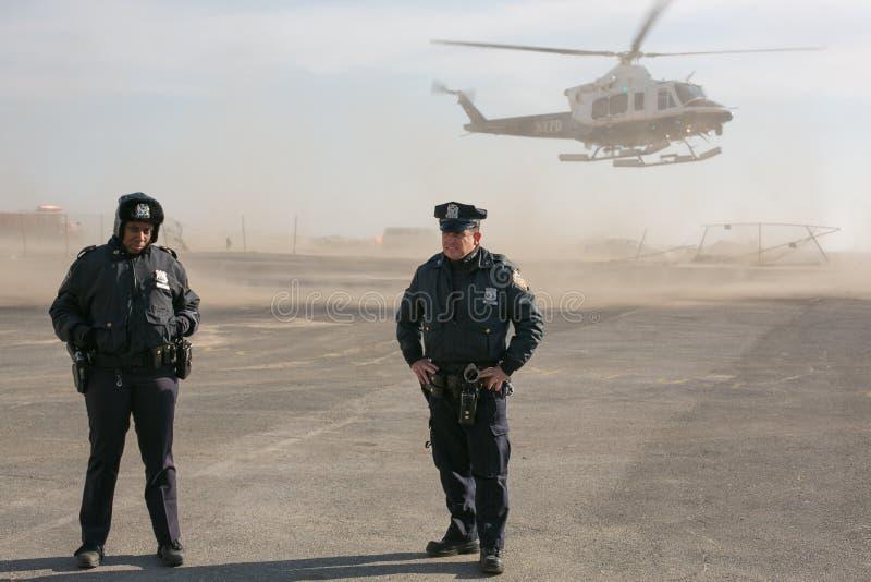 Deux policiers de NYPD à l'atterrissage d'hélicoptère photographie stock libre de droits