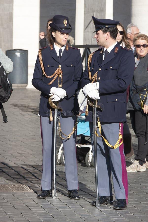 Deux policiers italiens (Polizia) dans le plein uniforme photo libre de droits