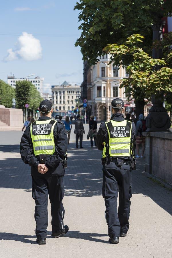 Deux policiers patrouillant Riga photographie stock libre de droits