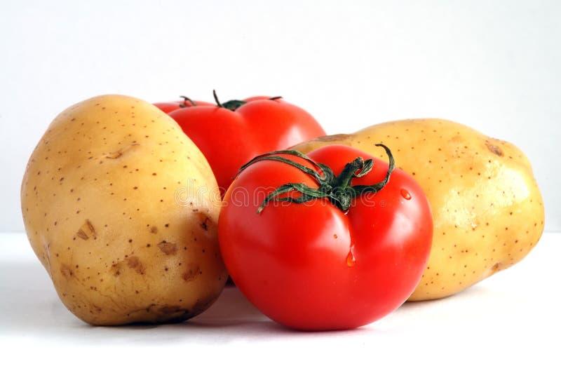 Deux pommes de terre et deux tomates (1) photo libre de droits