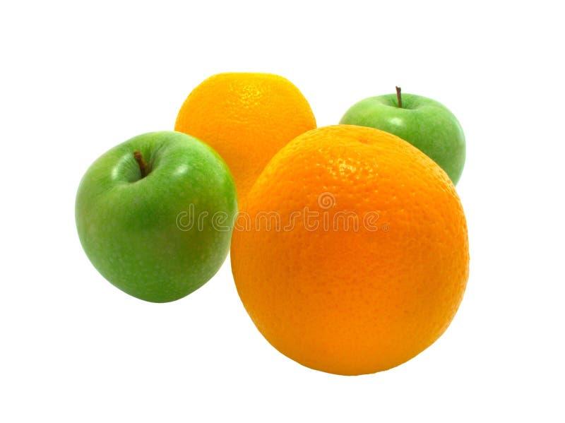 Deux pommes et deux oranges sur le blanc images libres de droits