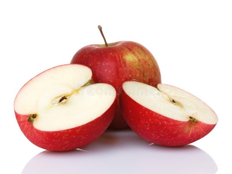 Deux pommes rouges une divisées en deux photos libres de droits