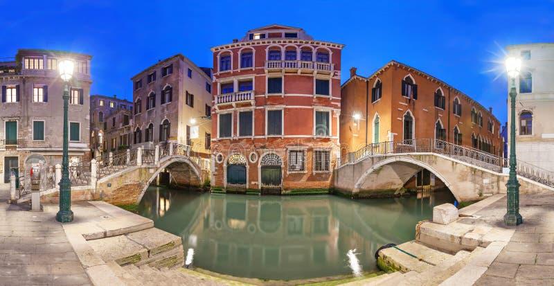 Deux ponts et manoir rouge le soir, Venise photographie stock libre de droits