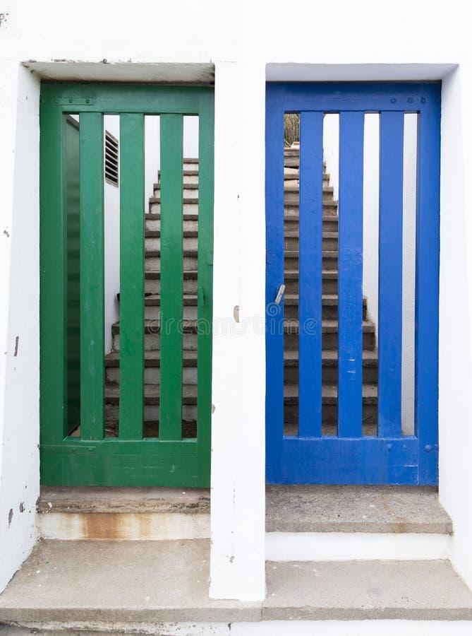 Deux portes à différentes maisons photos libres de droits