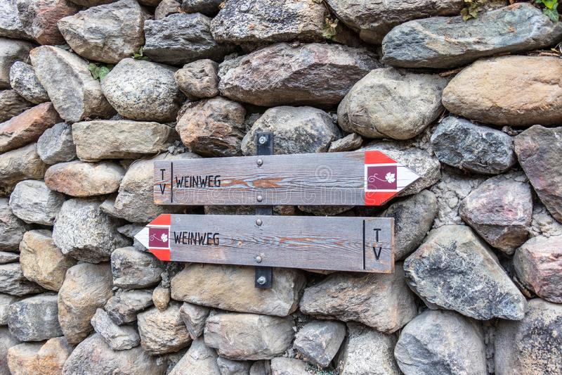 Deux poteaux indicateurs sur a monopolisent la parole les randonneurs de guidage à la route de vin, en allemand, Weinweg, au Tyro images libres de droits