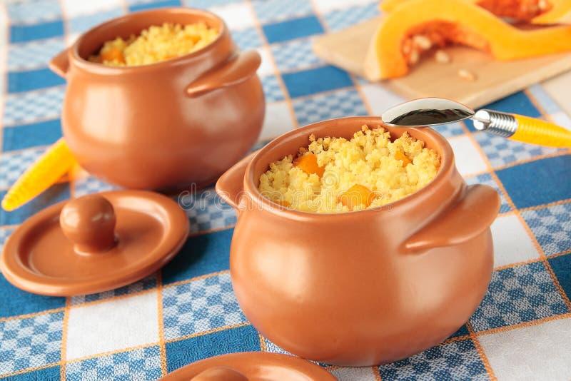 Deux pots de gruau de millet avec le potiron coupé en tranches photographie stock