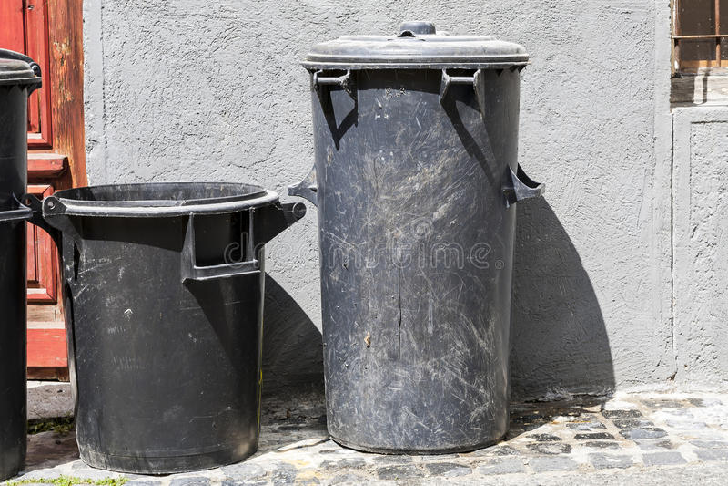 poubelle deux good grande poubelle avec deux roulettes with poubelle deux cache conteneur. Black Bedroom Furniture Sets. Home Design Ideas